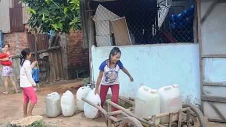 Cảnh xách can đi lấy nước ở ngoại thành TPHCM là chuyện thường ngày.