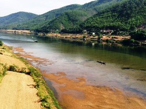 Sông Gianh (Quảng Bình) đoạn chảy qua xã Đức Hóa cạn trơ đáy, chỗ có nước chỉ ngang đầu gối